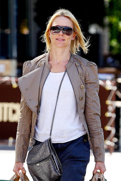 Naomi+Watts+wearing+cropped+chino+pants+khaki+indxTm5s_tol