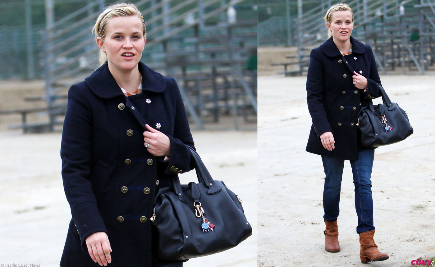 reese-witherspoon-black-jacket-peacoat-jeans-boots-handbag-12